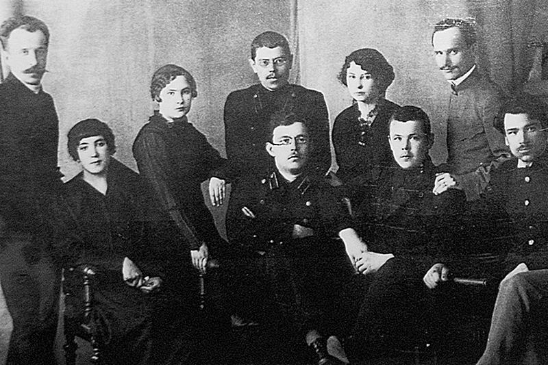 На групповом снимке стоит в центре П. М. Смирницкий, сидит крайний слева М. А. Чащин. Оба - из первого выпуска.