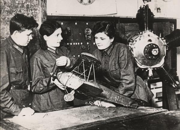 Студенты знакомятся с устройством самолета. Порошино. 1938 г.