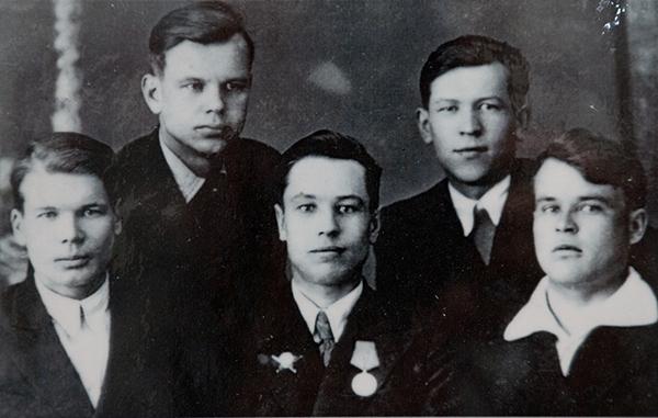 Слева направо Л. Брыляков и А. Терентьев (истфак), П. Саламатов (физмат), В. Плаксин (инфак), А. Розов (физмат). 1946