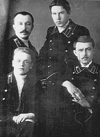 Выпускники учительского института первого набора: сидят (слева направо) П. Н. Замятин, В. А. Петров, стоят - И. Г. Пауткин, А. И. Кондаков